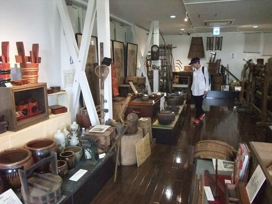 2階には農具などの民俗資料を展示