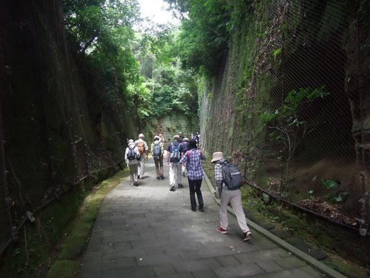 旧要塞施設が並ぶ切通し