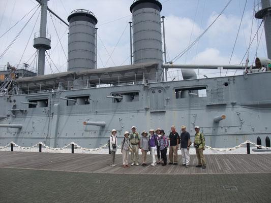 記念艦「三笠」の前で
