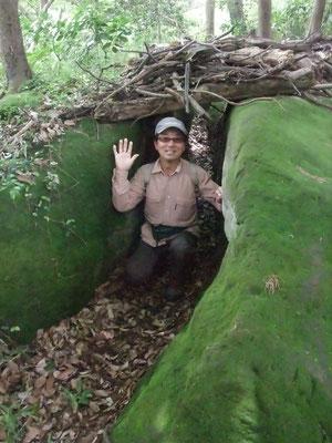 緑の苔生した大岩の間が子供の基地のようだ
