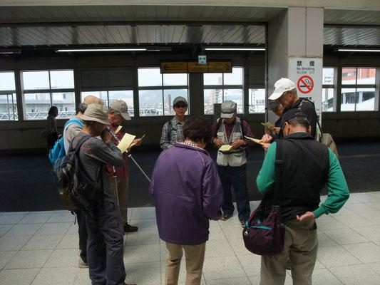 平塚駅西口にてリーダー横山さんのルート説明。伊勢原駅に至る旧街道(大山道)を歩く