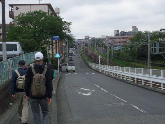 小田急線、伊勢原駅が前方に見える。