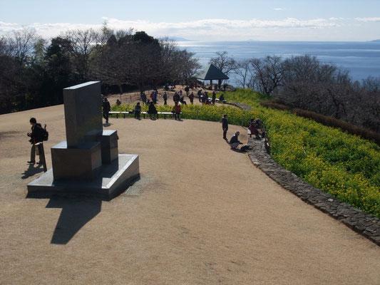 頂上広場の記念碑、拡大すると伊豆7島の大島、利島が見える