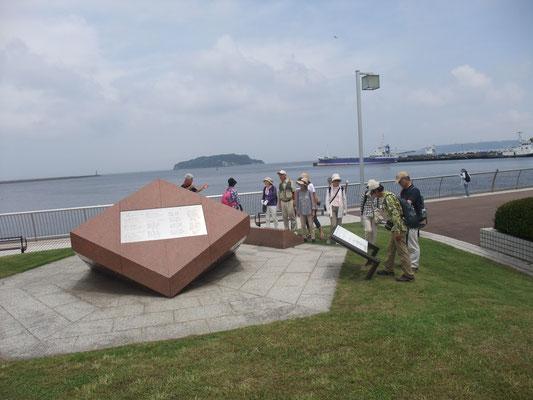 三笠公園の歌碑:團伊玖磨作曲の組曲「横須賀」が聴ける
