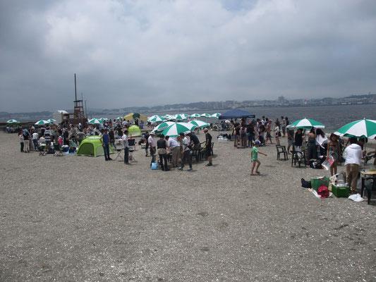 桟橋横の「砂鉄の浜」は海水浴とバーベキューと釣りのスポット
