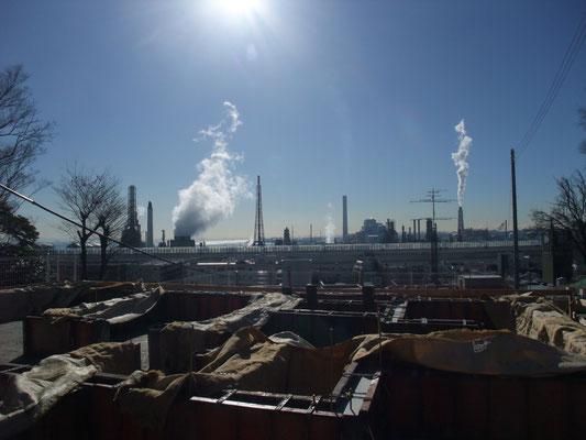根岸湾沿いの新日本石油の根岸精油所の白煙