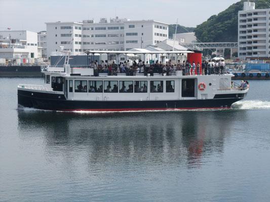 汐入桟橋から出る軍港巡りの観光船