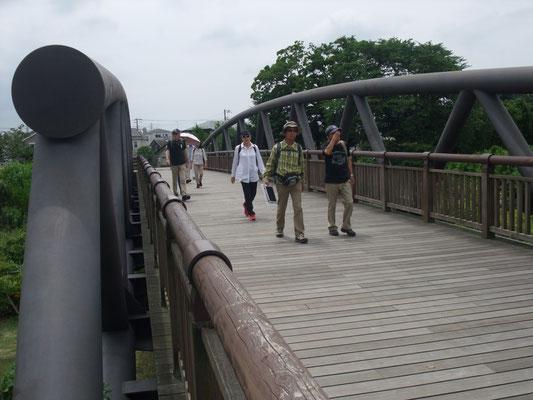 三川とは相模川、中津川、小鮎川の合流地の少し上流河川敷に位置する