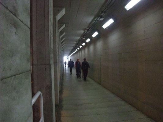 長いトンネルで外部と連絡