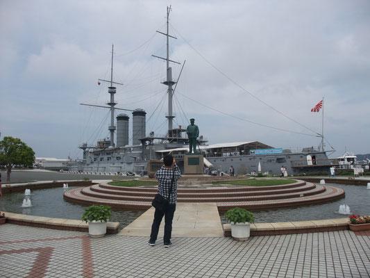 円形噴水池と東郷司令長官像、戦艦三笠。