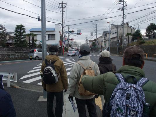 旧東海道を東に向かう