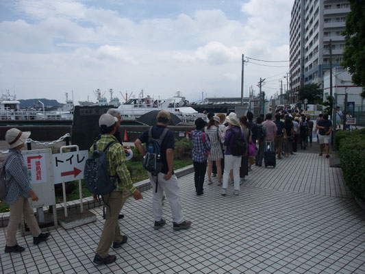 三笠桟橋には乗船客が行列??