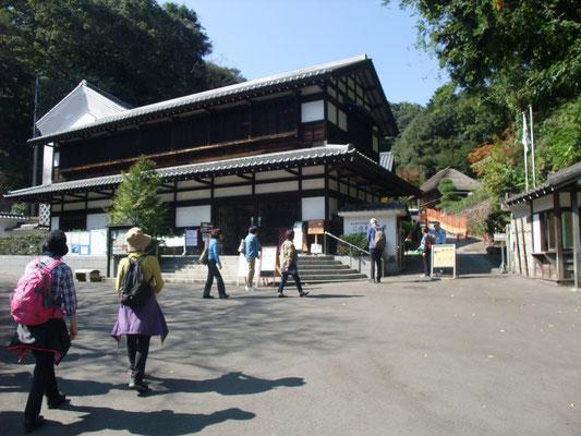 日本民家園へ
