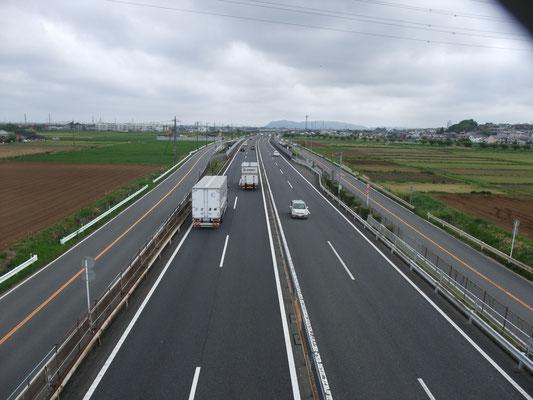 小田原厚木道路を越える。