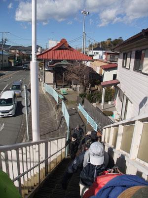 薬師堂を後ろに東海道に