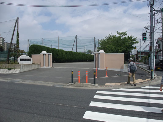 名門平塚江南高校の東側を歩く