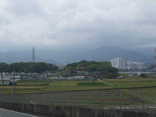 橋上から見た大山と東海大病院方面
