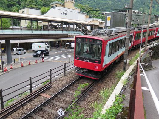 湯本駅に入る電車