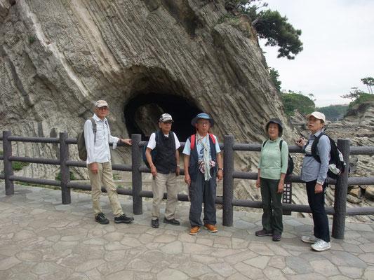 潮騒の道への入り口辺りの洞窟