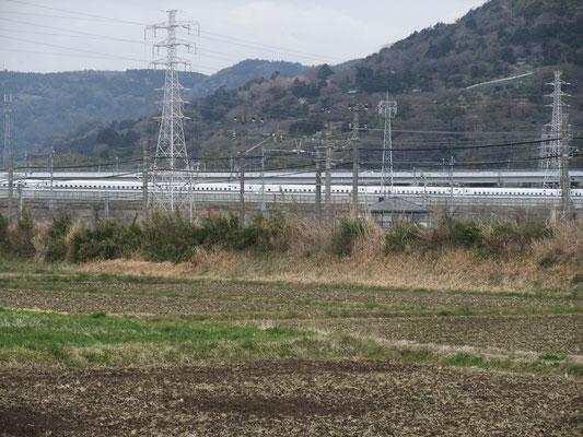 北側には新幹線が走る