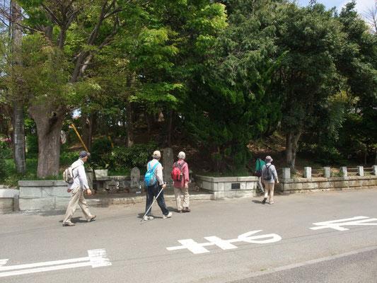 途中、右に折れ、高台の八坂神社と隣の豊田八幡宮で昼食。