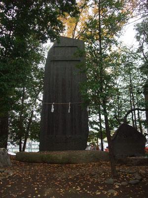 巨大な石の慰霊碑