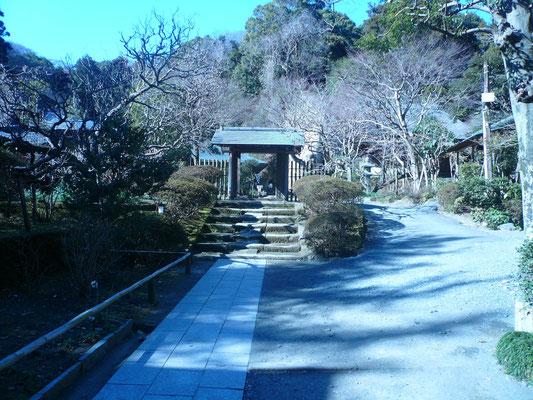 浄智寺山門。寶所在近。宝物が近くにあるの意味が書いてある。