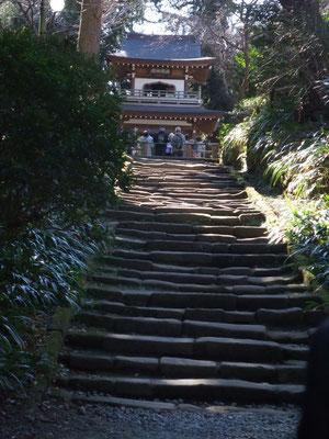 鎌倉石の石段。柔らかいのでかなりすり減っています。