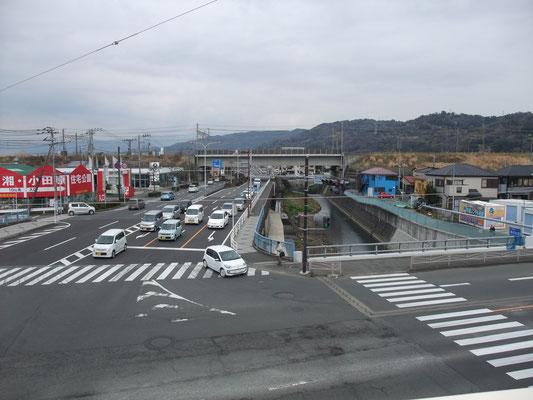 東海道の交差点親木橋から森戸川、曽我丘陵を臨む