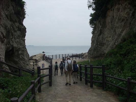 午後は海蝕海岸を歩く