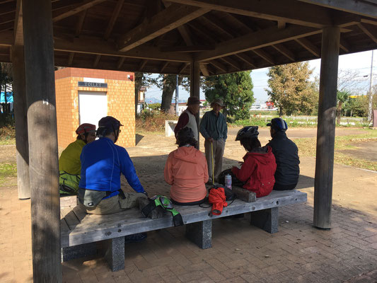 小休止公園で地元の方と情報交換