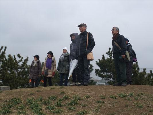 野球場ライトスタンド後方の丘から冨士を臨む・・・残念、見えない