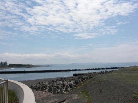 相模川河口から江の島を望む