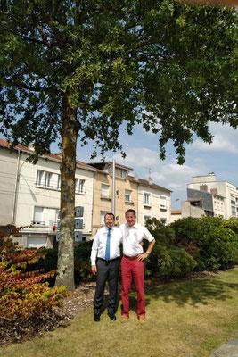 Avec Rémy Viroulaud, Adjoint au Maire de Limoges et Secrétaire Départemental de la Fédération LR de la Haute-Vienne, devant le chêne planté il y a 23 ans place des Carmes à Limoges, le 18 juin 1995, dans le cadre de mes fonctions de Délégué Départemental