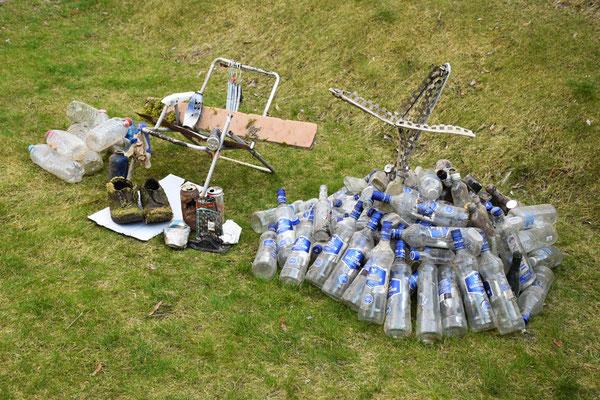 """1. Preis """"Unglaublich, aber wahr!"""" - Familie Winhart - """"Basislager am Mount Gorbatschow (Höhe: 136 Flaschen)"""" auf 200m gefunden!"""