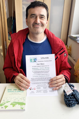 Herr Merz nimmt seinen Preis als Dauerbrenner-Aktivist entgegen