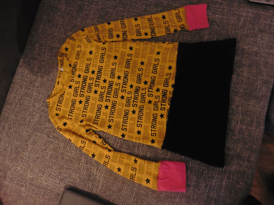"""Extern 4 (Gruppe) / 03 """"Upcycling Pulli"""""""