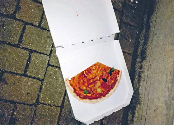 """Erwachsene Doris Groß-Erlenbach 1. Preis •  """"Fehl am Platz!"""" - Dieses Foto zeigt zweierlei: """"Gnadenlose Wegwerfgesellschaft und achtlose Müllentsorgung!"""""""