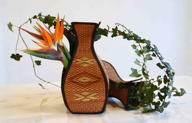 Blühende Kraft durchdringt die Wand der Vase