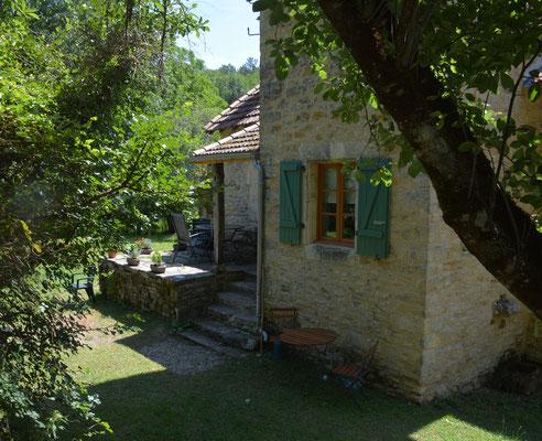Het verhoogde terras en het raam van de badkamer