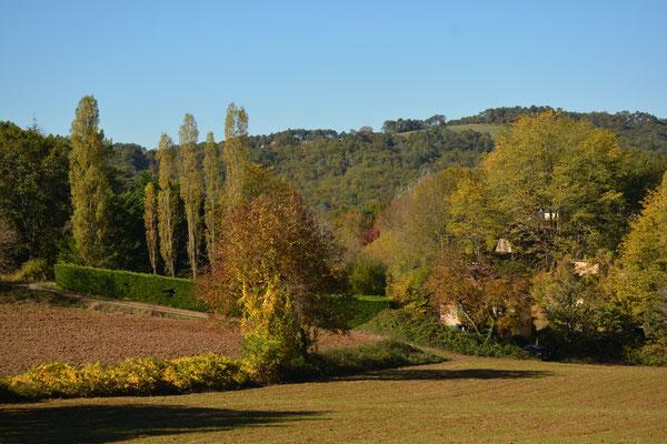 Vaysse vanaf grotere afstand (rechts tussen de bomen) in de oktober-zon.