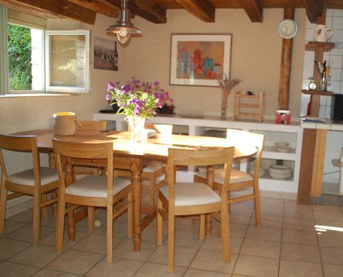 De woonkeuken met ruime eettafel.
