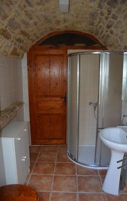 De badkamer in de toren, met gewelfd plafond.