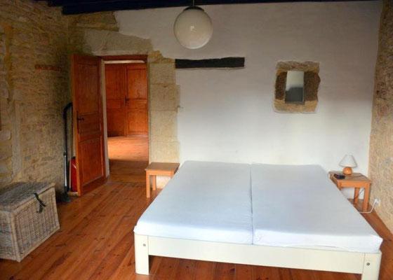 De slaapkamer met bed van 2,20 m lang en 1,80 m breed.