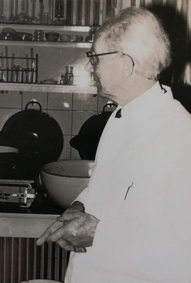 Hermann Rasch im Labor seiner Apotheke, Foto: Archiv Rasch