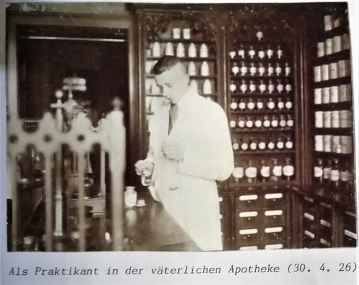 Praktikant Hermann Rasch 1926 in der väterlichen Apotheke, Foto: Archiv Rasch