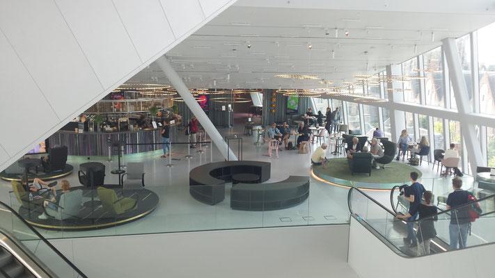 Met o.a. een  bibliotheek met heel aparte zitjes.