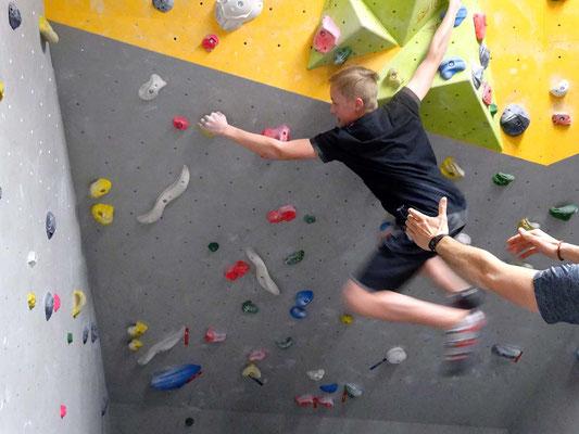 Move des Tages: Dennis schwingt aus dem Dach ...