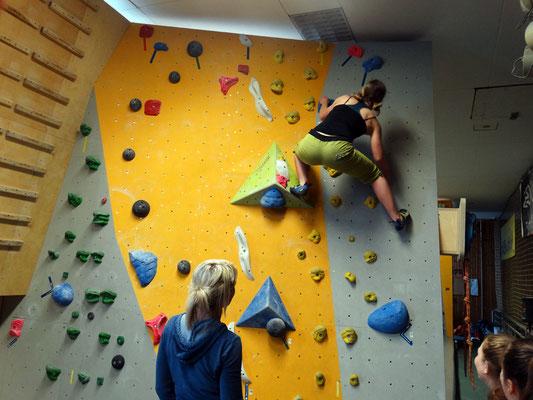 Karla meistert den Boulder souverän!