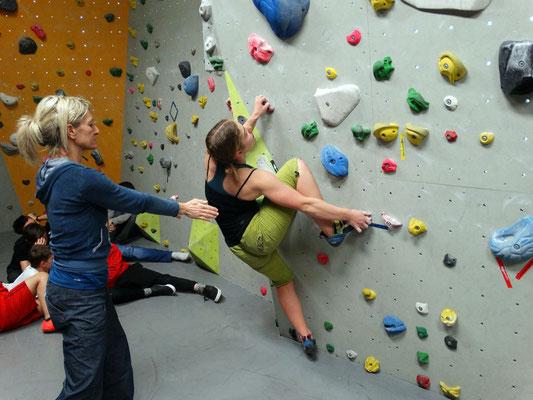 Die Siegerin meistert auch diesen Boulder ...